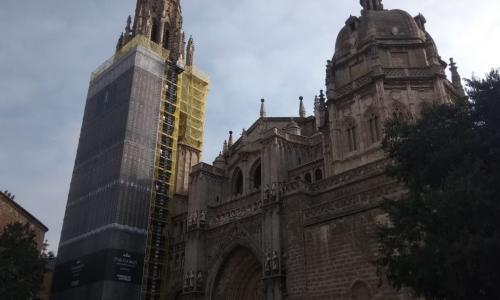 Una lona con la imagen de la torre cubre las obras de la Catedral