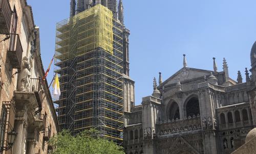 Los andamios ya cubren la torre y empieza la restauración